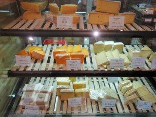 미리 잘라놓은 블록 또는 슬라이스 치즈 둘다 주문 가능하다.