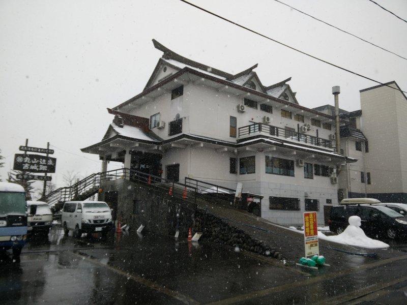 <p>ด้านนอกที่ดูปราสาทเหมือนของโรงแรม Maruyama Onsen Kojyokan</p>