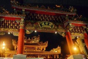 """ประตูยักษ์ """"Paifang"""" ซึ่งเป็นซุ้มประตูทางเข้าที่ใหญ่ที่สุดในบรรดาประตูทั้ง 10 ของย่านนี้"""