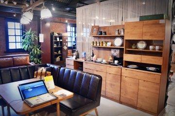 <p>ภายในอาคารเป็นห้าง&nbsp;Aka-Renga Soko</p>
