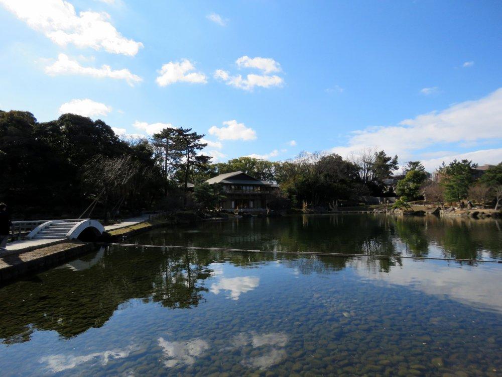 Le lac Ryusen représente la mer etoccupeune place centrale dans le jardin