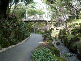 """Pour rejoindre le lac, il est très agréable de suivre la rivière nommée """"la queue du tigre"""" (Tora no o : en japonais)et de passer sous le pont Kosen"""