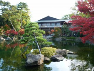 """Le """"Kansenro """" est un bâtiment qui offre une superbe vue sur le lac Ryusenko. Se trouvent à l'intérieur : un restaurant, un magasin etun auditorium dans lequel ont lieu régulièrement des concerts"""