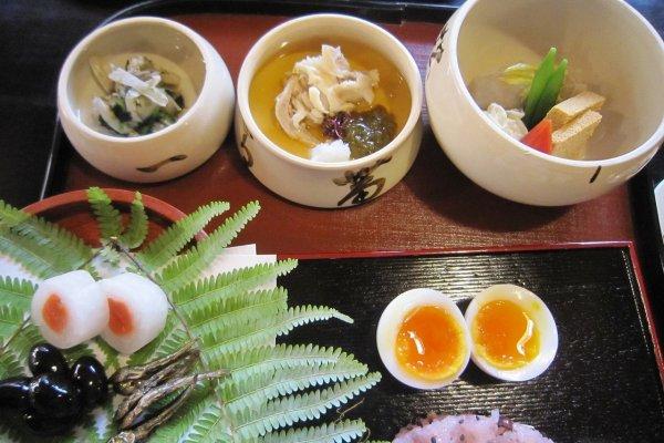 正月のおせちが手前に。黒豆、田作り。瓢亭名物のゆでたまご。奥の3鉢