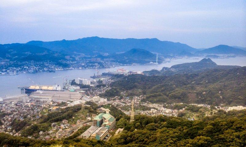 Я впервые увидел залив Нагасаки с высоты, кадр снят после обеда