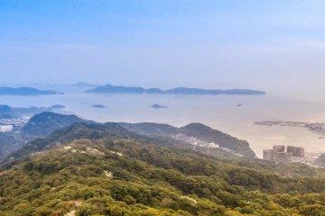 มองออกไปไกลๆ ทางตะวันตก อ่าวเปิดกว้างออกไปยังทะเล สามารถมองเห็นเกาะน้อยใหญ่ที่ไกลออกไป