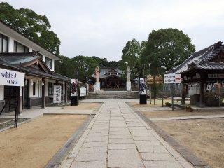 Ngôi đền nằm trên vị trí của dinh thự Oishi cũ, do đó tên của nó là Oishi.