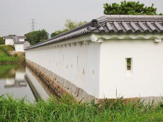 Dinding di sini berbentuk tajam seperti Goryokaku di Hakodate.