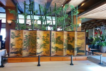 <p>A beautiful folding screen greets visitors</p>