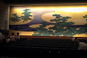 Интерьер Национального театра Бунраку в Осаке