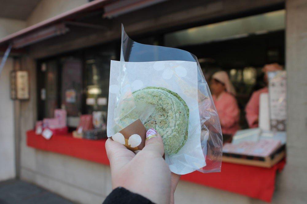 麻糬和紅豆粉絲必嚐的福岡著名年糕-梅枝餅。