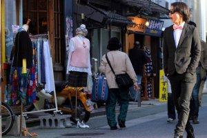 Just west of Nishi-dori, Daimyo calls the fashionable to the streets