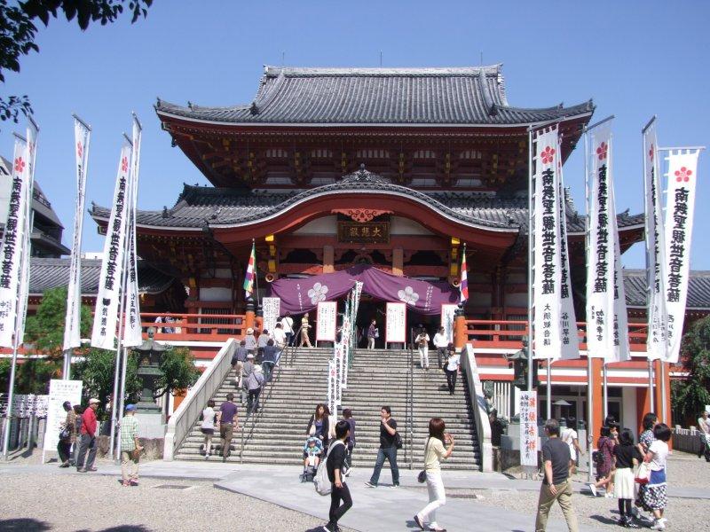 Главный зал храма Осу Каннон