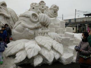 Tác phẩm điêu khắc Minions tuyết là một chủ đề phổ biến xung quanh thị trấn