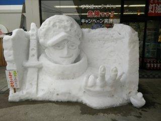 Một tác phẩm điêu khắc nhỏ bên ngoài một trạm xăng