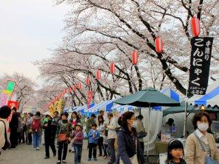 Sakura di atas deretan kios-kios terlihat sangat cantik dan indah