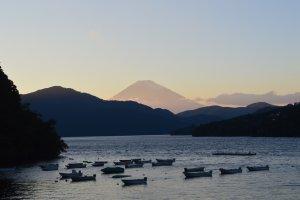 Pemandangan Gunung Fuji saat senja, dari Dermaga Moto-Hakone