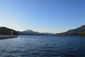 Keindahan Danau Ashi dengan air yang tenang