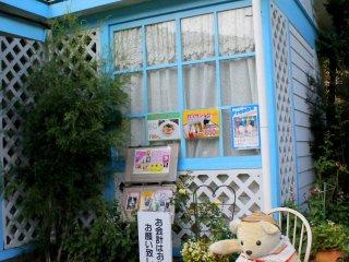 Uma avózinha ursa gira guarda a casinha no jardim de rosas