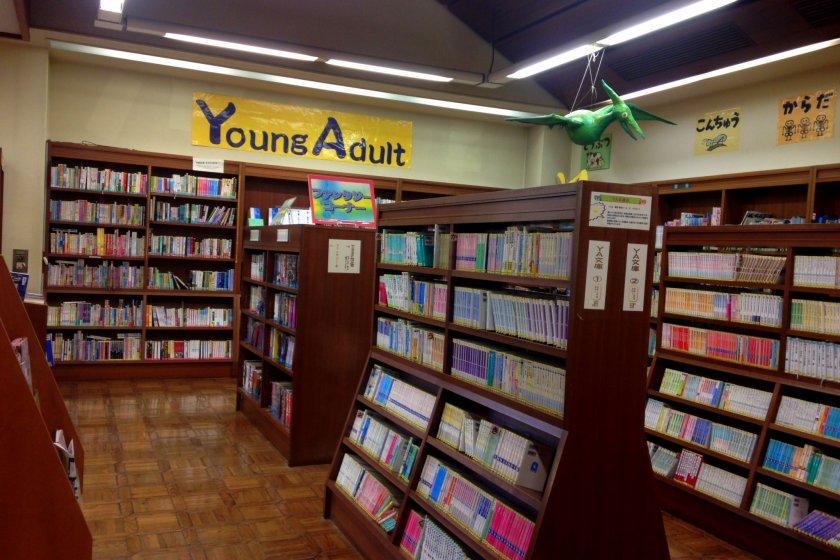 Uma das áreas da biblioteca cheia de livros para amantes de leitura
