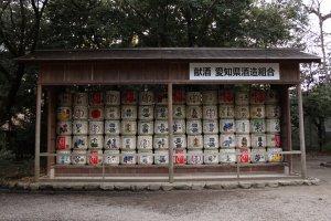Des barils de saké décoratifs (kazaridaru)