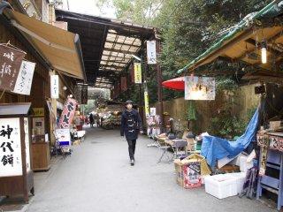 お魚も、食事も、お酒も、伊勢エビ味のアイスも、ここおかげ通りで・・・あらゆるものが売られてます。