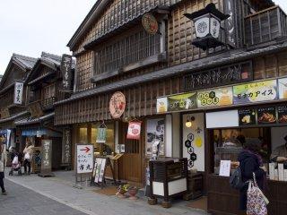 おかげ通りにあるファミリーマートもこの通りに合わせた古い建物です。写真は別ですが・・・