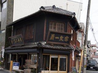 外宮通りにある古いお店・・・大正時代ごろの建物かな?