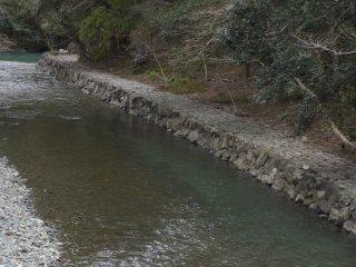 A photo of Isuzu River from Ujibashi bridge leading toward Naikuu. The clear river is beautiful.
