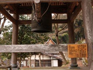 Cette cloche sonne depuis plus de 100 ans tous les jours à 6h, 12h, 17h, 18h et 21h pour indiquer aux habitants l'heure