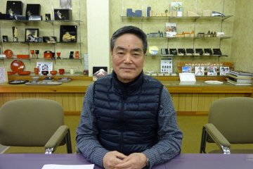The owner of Nakanishi Kogei in his showroom explains about the long history of Kishu lacquerware and how to revive the business in the 21st century.