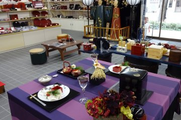 There are many Kishu Shikki products for sale at the Uruwashi-Kan.