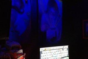 Minuman, poster, layar televisi datar dan konsol game. Perpaduan yang sangat menggairahkan!