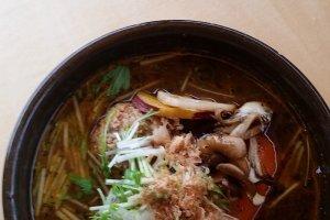La soupe au curry et aux boulettes de viande tsumire