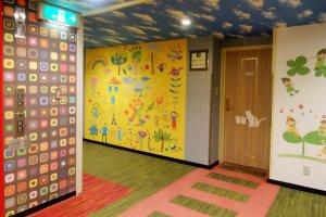 Lantai anak yang warna-warni di menara Annex hotel