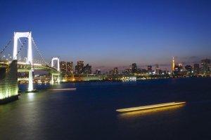 Le Rainbow Bridge et la ville de Tokyo à la nuit tombée