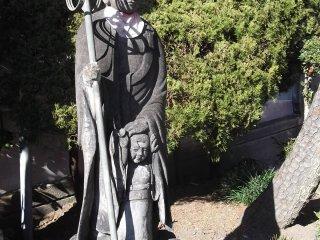 Даже буддийские статуи присматривают за своими детьми