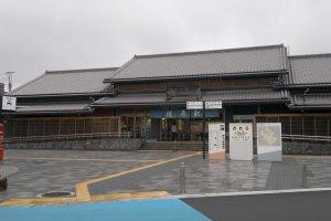 Stasiun Sawara dengan arsitektur yang tak kalah klasik