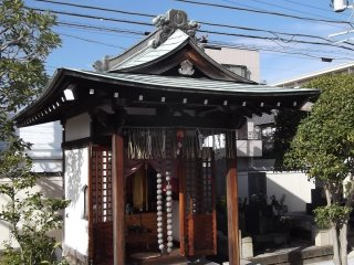 A side shrine at Joshun-ji