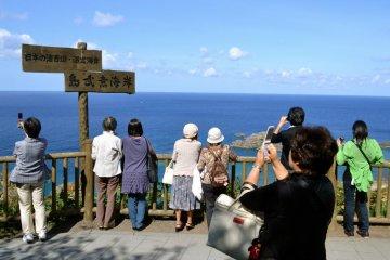 방문객들은 해안으로 향할지 결정하기 전에 사진을 찍기 위해 잠시 휴식