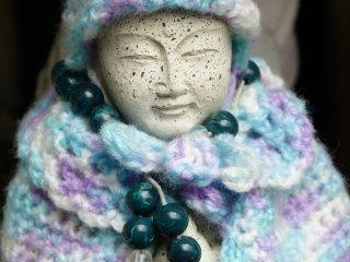 Người đến cầu nguyện đeo cho những bức tượng những vòng hạt