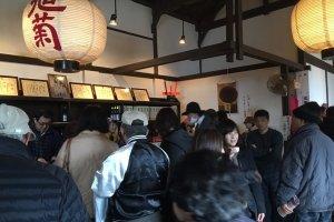 酒蔵の中で日本酒を味わうことも。