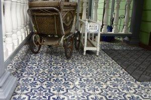 資料館の入口 美しいタイルと昔の乳母車