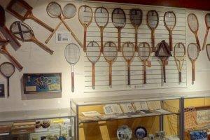 様々な形のラケット