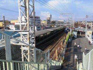 O comboio rápido prestes a chegar à estação de Haruki