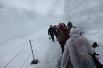 室堂下起了一场大雪。这是山脉路线的最高峰。