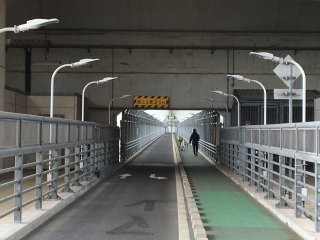 Innoshima Bridge is the only bridge where cyclists and pedestrians go under the motorway instead of sharing the road.
