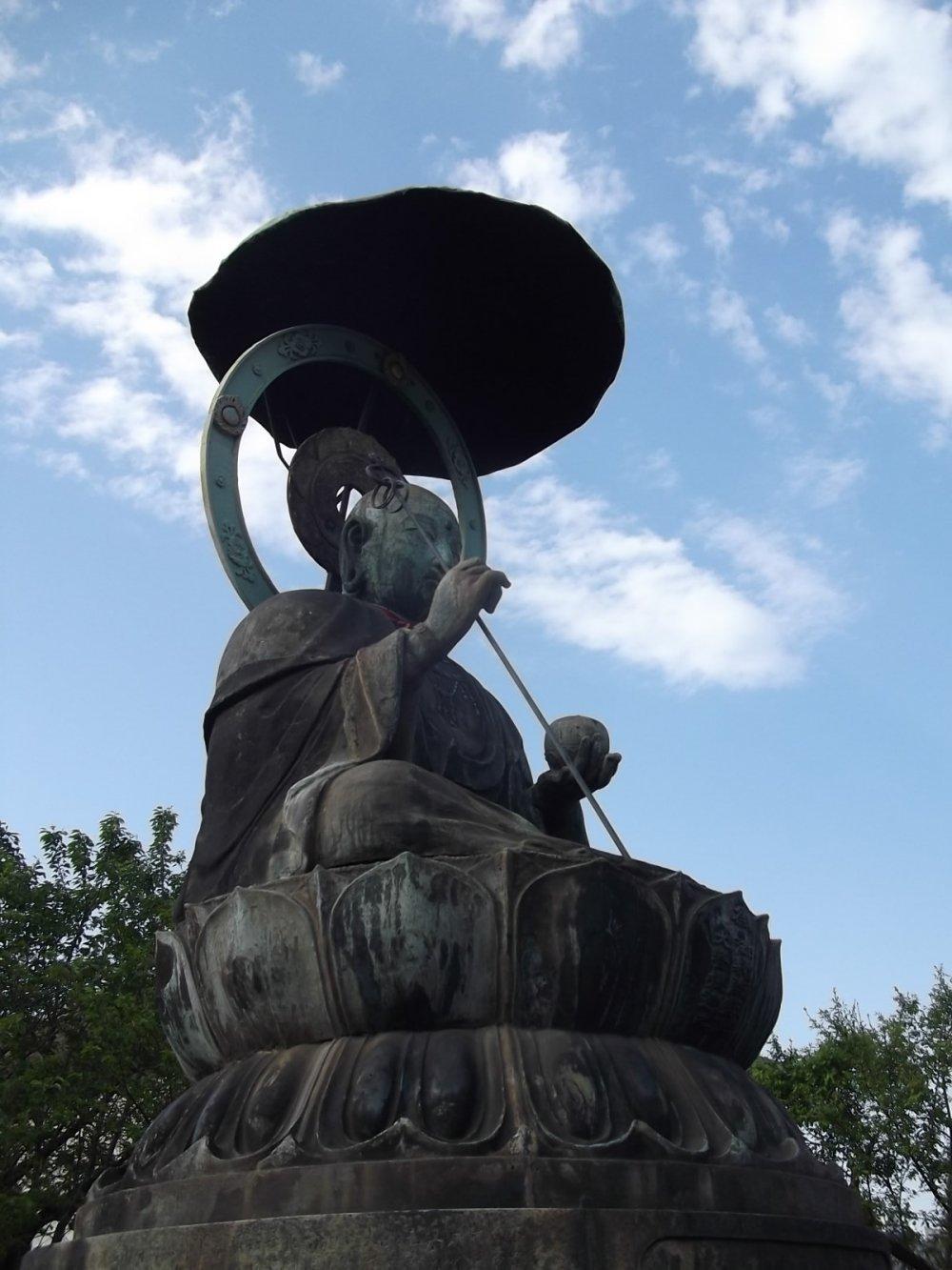 Bức tượng này trông có vẻ như trên quyền những bức tượng còn lại