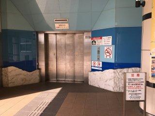 Naik lift untuk ke bawah.