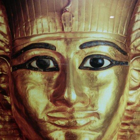 Triển lãm kim tự tháp và tượng pharaon bằng vàng